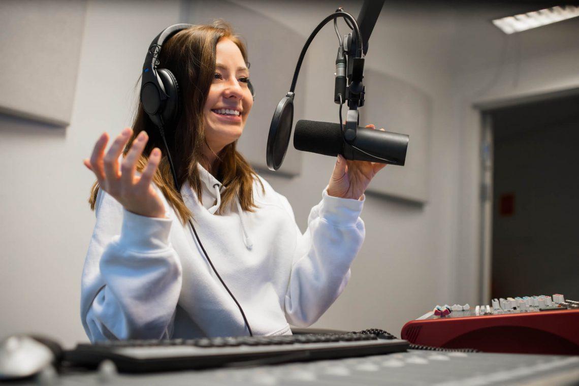 Como é feita a narração ao vivo em rádios?